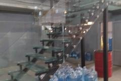 Лестница на металлическом каркасе ограждение из стекла