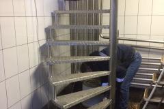 Лестница на каркасе металлическом