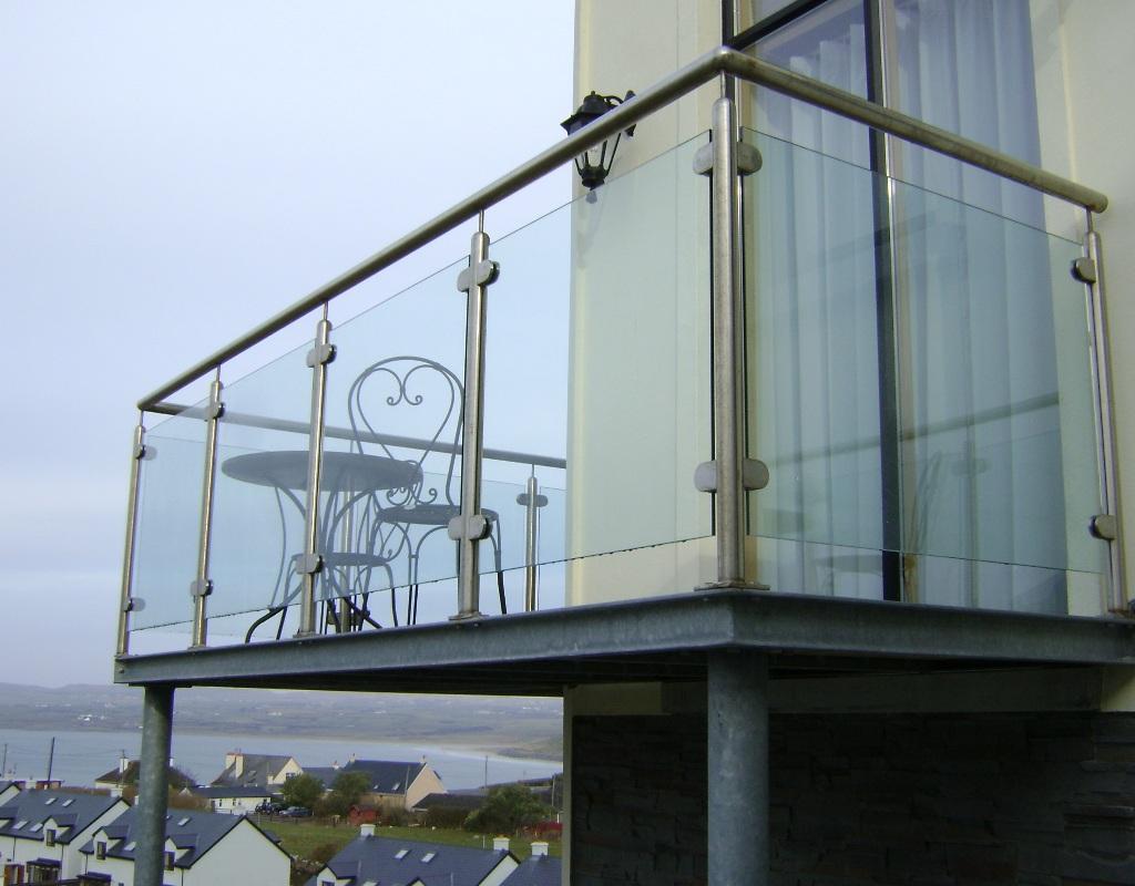 ограждения для балконов цельносеклянные