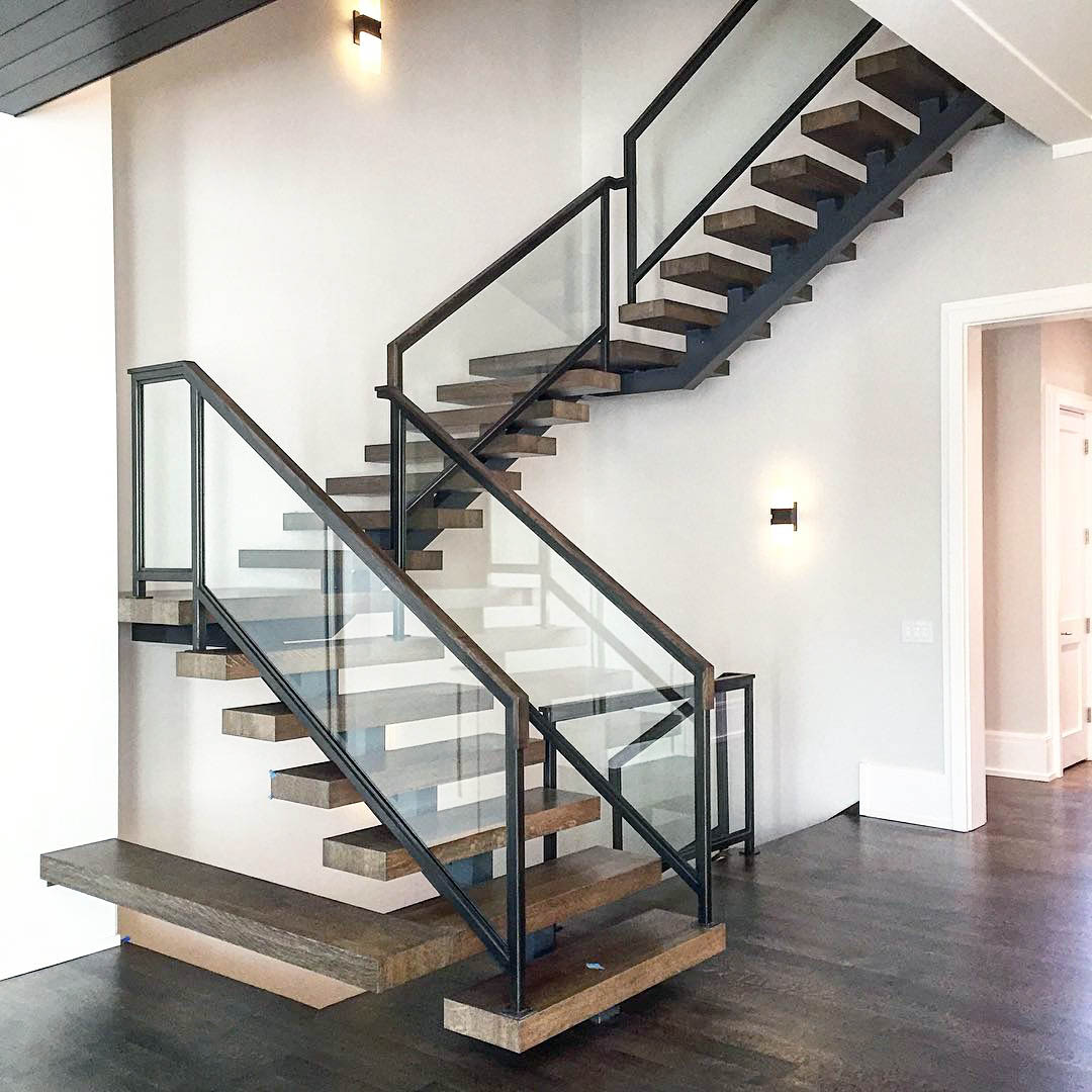 лестница на металлическом каркасе в дом